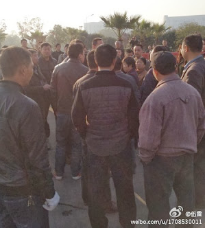 A large number of plainclothes officers and thugs harassed the lawyers and supporters of the three Jiangxi activists outside the courthouse on the second day of the resumed trial.